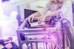 Due lavoratori di affari che stanno vicino alla stampante 3D mentre stampando presentazione importante fotografia stock libera da diritti