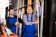 Due lavoratori di industria del PVC in tute Fotografia Stock Libera da Diritti
