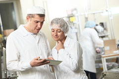 Due lavoratori di industria della farmacia con il pc della compressa Fotografie Stock Libere da Diritti