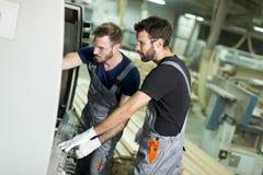 Due lavoratori maschii che lavorano nell'industria del mobile Immagini Stock Libere da Diritti