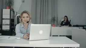 Due lavoratrici affascinanti che si siedono nell'ufficio Immagine Stock Libera da Diritti