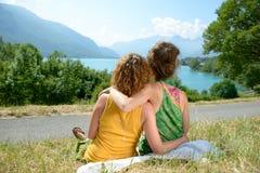 Due lesbiche in natura ammirano il paesaggio Fotografia Stock