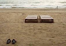 Due letti, shooth due sulla spiaggia dell'oceano Immagini Stock