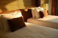 Due letti in una camera di albergo Fotografia Stock Libera da Diritti