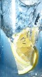 Due limoni sono caduto in acqua Fotografie Stock Libere da Diritti
