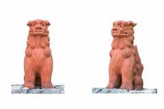 Due Lion Statue, isolato su fondo bianco Fotografie Stock