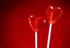 Due lollipops a forma di del cuore per il biglietto di S. Valentino Immagini Stock Libere da Diritti