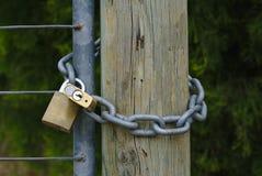 Due lucchetti sulla catena fotografia stock libera da diritti