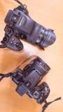 Due macchine fotografiche su backround di legno Fotografia Stock Libera da Diritti