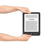 Due mani che tengono bordo sul lettore del libro elettronico Fotografia Stock Libera da Diritti