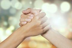 Due mani che tengono l'un l'altro Immagine Stock Libera da Diritti