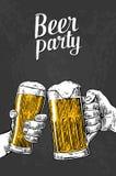 Due mani che tengono la tazza di vetro di birra Elemento disegnato a mano di progettazione Fotografia Stock