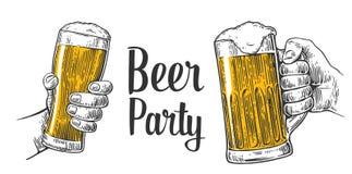Due mani che tengono la tazza di vetro di birra Elemento disegnato a mano di progettazione Illustrazione d'annata per il web, man Immagine Stock Libera da Diritti
