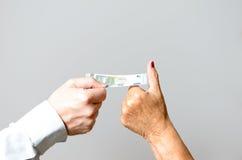 Due mani concettuali che tengono euro Bill nella fine su Fotografia Stock