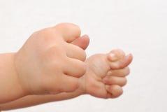 Due mani dei bambini alzano uno snook Immagine Stock