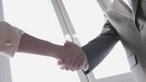 Due mani di scossa del socio commerciale quando si incontrano fra un uomo e una donna in vestito Riuscito affare Movimento lento  archivi video