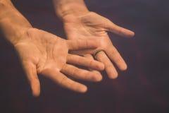 Due mani femminili sotto l'acqua immagine stock libera da diritti