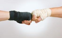 Due mani hanno afferrato il braccio di ferro, la lotta di in bianco e nero immagini stock