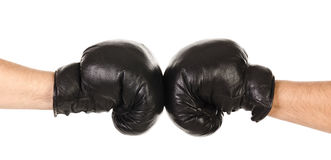 Due mani maschii insieme in guantoni da pugile neri isolati Fotografia Stock