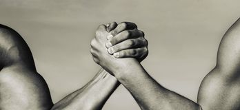 Due mani muscolari Concetto di rivalità Mano, rivalità, contro, sfida, confronto di resistenza Mano dell'uomo Lottare di braccio  fotografia stock libera da diritti