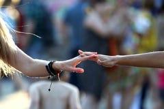 Due mani nelle gocce dell'acqua si uniscono Fotografia Stock Libera da Diritti