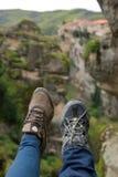 Due manifestazioni delle donne i loro piedi che hing nelle montagne Fotografie Stock