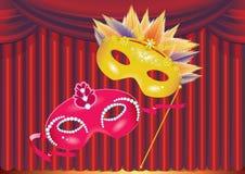 Due mascherine sulla priorità bassa rossa della tenda Fotografia Stock