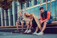 Due maschi ed una femmina con i longboards Fotografie Stock