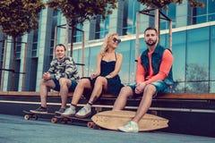 Due maschi ed una femmina con i longboards Immagine Stock Libera da Diritti