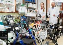 Due medici adulti che posano nel negozio ortopedico Fotografia Stock