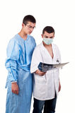 Un ritratto di due medici che esaminano i raggi x Fotografia Stock