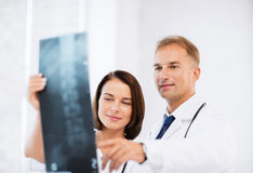 Due medici che esaminano raggi x Immagini Stock Libere da Diritti