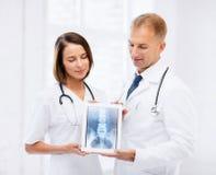 Due medici che mostrano raggi x sul pc della compressa Fotografie Stock