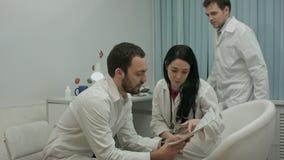 Due medici nel buon umore analizzano i risultati di video d archivio