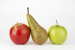 Due mela e pera su fondo bianco Fotografia Stock