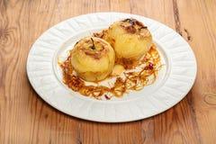 Due mele al forno con caramello Immagine Stock Libera da Diritti