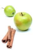 Due mele e cannella succose verdi sopra bianco immagine stock