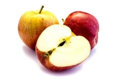 Due mele e una mela affettata isolata su fondo bianco fotografia stock