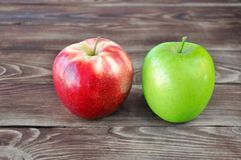 Due mele verdi e rosse fotografia stock