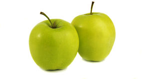 Due mele verdi su un fondo bianco puro Immagini Stock