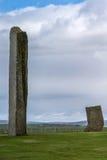 Due menhir all'anello del cerchio di pietra neolitico di Brodgar Fotografie Stock Libere da Diritti