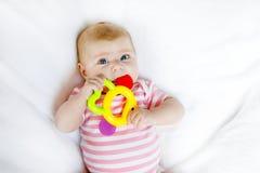 Due mesi adorabili svegli di bambino che succhia pugno Immagine Stock Libera da Diritti