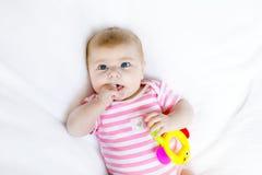 Due mesi adorabili svegli di bambino che succhia pugno Immagini Stock