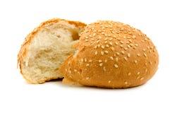 Due metà del pane del frumento isolate Fotografie Stock