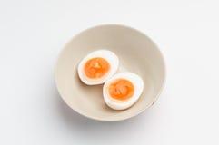 Due metà di un uovo sodo in una ciotola Fotografie Stock