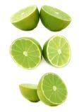 Due metà di una frutta della calce isolata sopra i precedenti bianchi, insieme degli scorci differenti fotografia stock libera da diritti