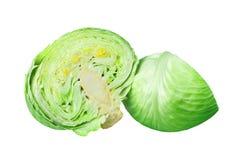 Due metà frondose verdi del cavolo sulla fine isolata fondo bianco su, pezzi cutted di testa matura del cavolo bianco fotografie stock