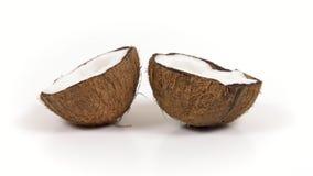 Due metà mature della noce di cocco con polpa squisita che gira sul bianco hanno isolato il fondo Loopable senza cuciture stock footage