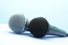 Due microfoni professionali su una priorità bassa chiara Immagine Stock Libera da Diritti