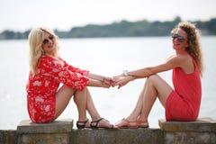 Due migliori amici che ridono nel giorno di estate Fotografia Stock Libera da Diritti